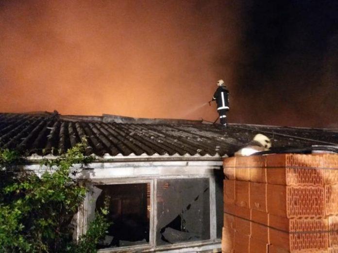 Vatrogasci iz cijelog Srednjobosankog kantona sudjelovali u gašenju velikog požara u Jajcu